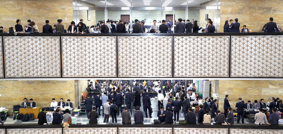 The corridors are bustling as the annual parliamentary audit takes place Wednesday at the National Assembly in Yeouido, western Seoul. The 20-day audit period runs through Oct. 26. [YONHAP]