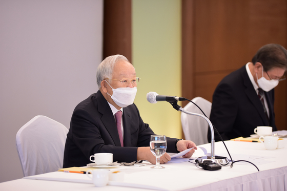 Sohn Kyung-shik, chairman of the Korea Enterprises Federation (KEF), speaks at a meeting with business leaders on Wednesday at Lotte Hotel in central Seoul. [KOREA ENTERPRISES FEDERATION]