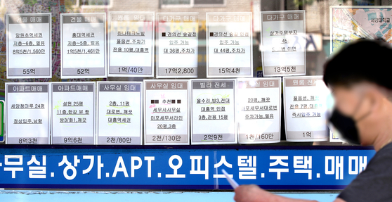 Postings on the window of a real estate agency in Mapo District, western Seoul, on Sept. 22. The average jeonse price of a one-room apartment in Seoul that is smaller than 30 square meters (323 square feet) was about 162.5 million won ($139,000) in August, a 16 percent increase from January. [YONHAP]
