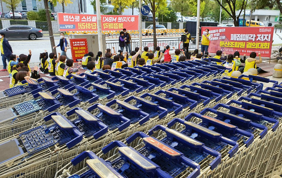A rally is staged on Wednesday in front of the Dunsan branch of Homeplus in Daejeon, protesting against Homeplus' decision to shut the store. [YONHAP]