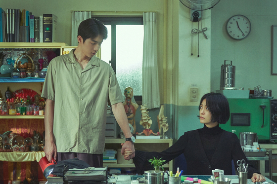 Actors Nam Joo-hyuk, left and Jung Yu-mi star as protagonists Hong In-pyo and Ahn Eun-young. In-pyo is a teacher who teaches Chinese characters and Eun-young is a school nurse and exorcist who protect the students from jelly creatures that she is only able to see. [NETFLIX]