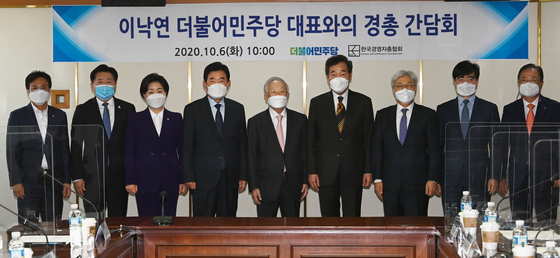 Ruling party leader Lee Nak-yon, fourth from right, poses with business leaders on Tuesday at the office of the Korea Employers Federation in Mapo District, western Seoul. [YONHAP]