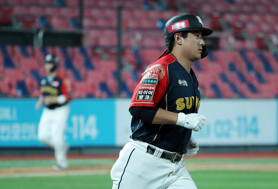 Hwang Jae-gyun of the KT Wiz rounds the bases after hitting a three-run home run during a game against the LG Twins at KT Wiz Park in Suwon on Oct. 3. [NEWS1]