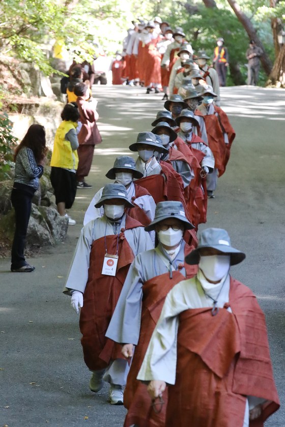About 90 Buddhist monks wear face masks as they kick off a pilgrimage to the Donghwasa Temple on Mount Palgong in Daegu Wednesday to overcome the national crisis and recover from the coronavirus pandemic. They will trek 500 kilometers (311 miles), each carrying a tent, and are expected to reach the temple on Oct. 27. [NEWS1]