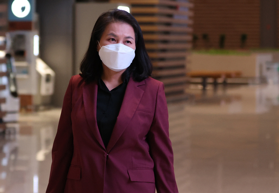 Korean Trade Minister Yoo Myung-hee at Incheon International Airport on Sept. 27 as she leaves for Europe in campaigning for the World Trade Organization's director-general position. Yoo is now one of the two contenders that has made it to the second round. [YONHAP]