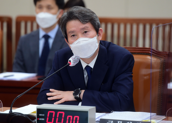 South Korean Unification Minister Lee In-young answers lawmakers' questions at a parliamentary audit hearing on Thursday. [YONHAP]