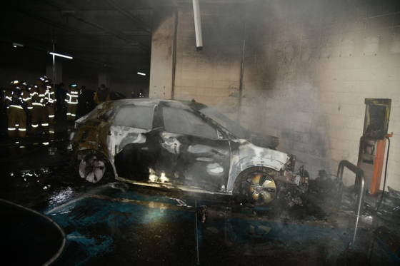 A Hyundai Motor Kona electric vehicle is burnt out in a parking lot at an apartment complex in Daegu on Oct. 8. [YONHAP]