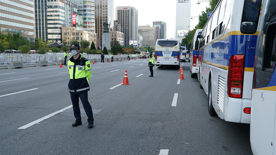 Police are controlling the area around Gwanghwamun Square to prepare for unexpected rallies or protests. [JEON TAE-GYU]