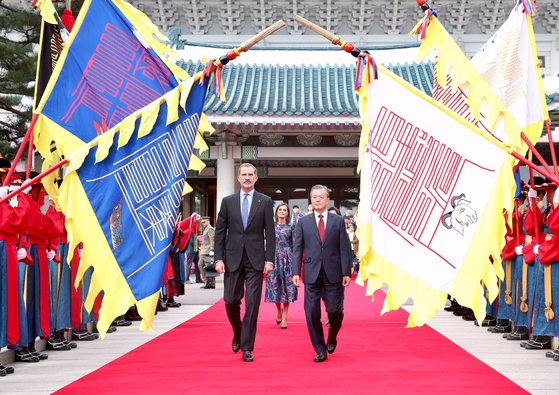 President Moon Jae-in, right, and King Felipe VI at the Blue House in October 2019. They are followed by Queen Letizia and First Lady Kim Jung-sook.[EMBASSY OF SPAIN IN KOREA]
