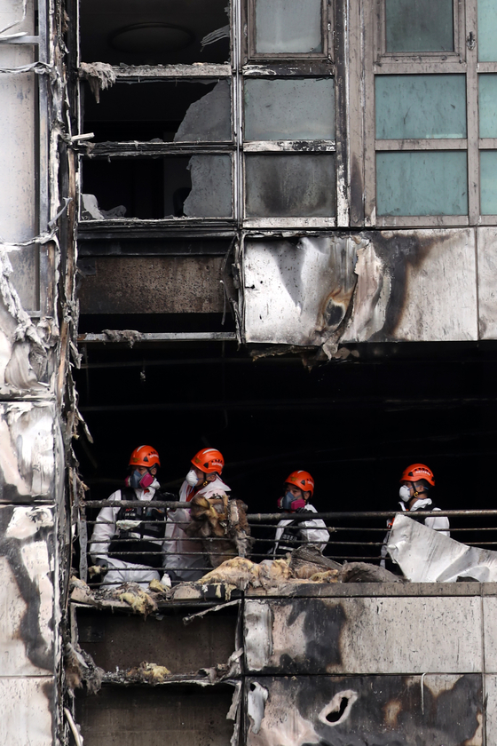 Officers of Ulsan police and fire department are inspecting on Sunday the high-rise apartment building in the city which was ablaze for more than 15 hours form Thursday to Friday, to determine the cause of the fire. [NEWS1]