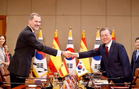 President Moon Jae-in, right, and King Felipe VI at the Blue House in October 2019. [EMBASSY OF SPAIN IN KOREA]