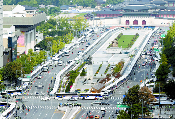 Hundreds of police buses block any potential antigovernment protesters from gathering on Gwanghwamun Square on Oct. 3, Saturday, to help prevent the spread of Covid-19. [YONHAP]