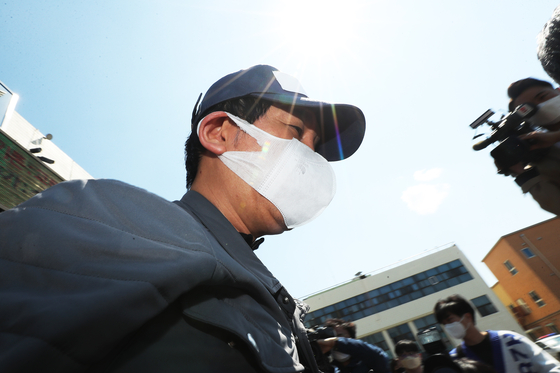 In this file photo, Kim Bong-hyun, former chairman of Star Mobility and a key suspect in the financial fraud scandal surrounding Lime Asset Management, leaves a police building in Suwon, Gyeonggi, on April 26, 2020, to attend a warrant hearing.  YONHAP]