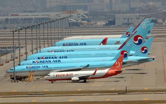 Carriers parked idle at Incheon International Airport in April. [YONHAP]