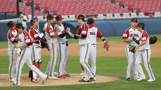 The LG Twins celebrate after picking up a win against the NC Dinos at Jamsil Baseball Stadium in southern Seoul on Sunday. [NEWS1]