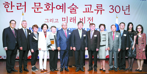 Members of the Korea-Russia Arts and Culture Society pose for a photo to celebrate the 30th anniversary of the establishment of diplomatic relations between Korea and Russia at Silla Hotel on Oct. 8. [KWON HYUK-JAE]