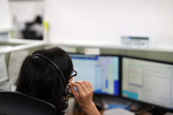 A call center representative answers inquiries regarding government-distributed emergency disaster relief. [YONHAP]