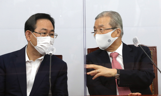 Rep. Joo Ho-young, floor leader of the People Power Party, left, and the party's acting leader, Kim Chong-in, talk during the leadership meeting on Monday.  [YONHAP]