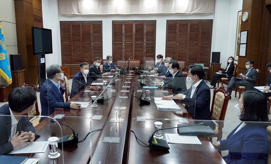 President Moon Jae-in, third from left, hosts a strategy meeting on Monday to support Trade Minister Yoo Myung-hee's bid to become the next World Trade Organization head.  [YONHAP]