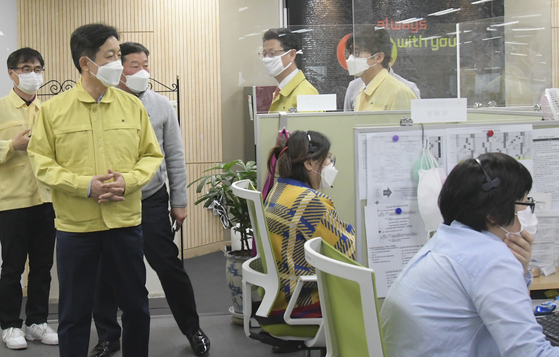 Government officials visit a 114 Information Service call center located in Jongro District, central Seoul. [YONHAP]