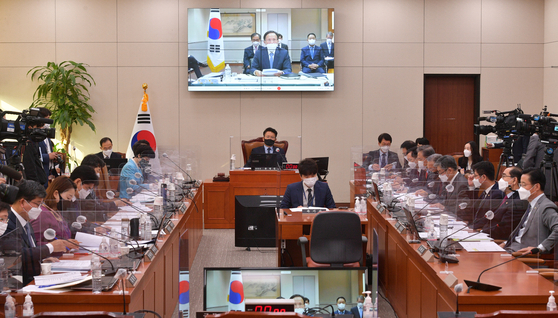 South Korean lawmakers at the National Assembly in western Seoul hold a parliamentary audit hearing with Seoul's ambassador to the United States, Lee Soo-hyuk, on Monday via a remote conference with the South Korean Embassy in Washington. [YONHAP]