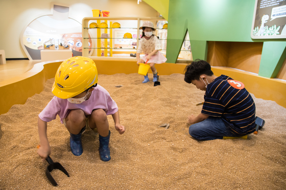 Various hands-on experiences are on offer at the Jomunguk Museum. [CHOI SEUNG-PYO]