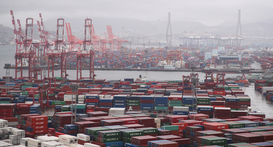 Piles of containers that are to be exported sitting at a port in Busan in July. IMF raised Korea's economic outlook thanks to Korea's major trading partners reopening its economies and Korea' efforts in controlling the pandemic. [NEWS1]