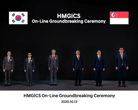 Singapore Prime Minister Lee Hsien Loong, third from left, Hyundai Motor Group Executive Vice Chairman Euisun Chung, fourth from left, and Korea's Industry Minister Sung Yun-mo, fifth from left, pose for HMGICS' groundbreaking ceremony in this edited photo. [HYUNDAI MOTOR GROUP]