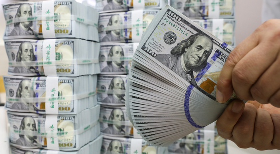 U.S. dollars are displayed at a Hana Bank branch in Myeong-dong, central Seoul, on Oct. 7. Foreign direct investment in the third quarter hit a new record thanks to investment from China. [NEWS1]