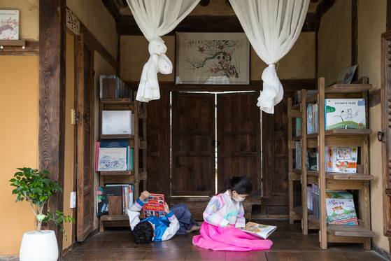 At Sachon Village, which is home to antique traditional Korean houses, there is a place called Uiseong Seodang. It is a library but it also operates accommodation that is often called a book stay. [CHOI SEUNG-PYO]