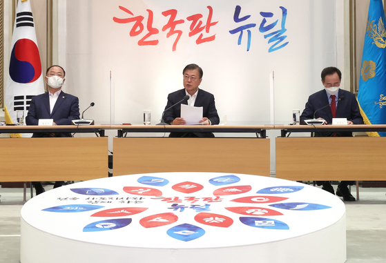 President Moon Jae-in speaks at a meeting with heads of local governments at the Blue House on Tuesday to discuss his Korean New Deal. [YONHAP]