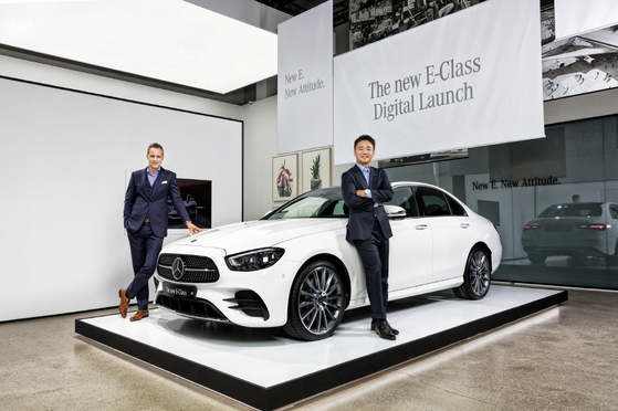Mark Raine, vice president of product and marketing at Mercedes-Benz Korea, left, and Kim Jee-seop, the company's interim CEO, pose with the face-lifted E-Class sedan. [MERCEDES-BENZ KOREA]