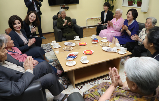 First Lady Kim Jung-sook in 2019 visits Arirang Nursing Home, a shelter for the first-generation Korejskij, which opened in Tashkent, Uzbekistan in 2010. [JOINT PRESS CORPS]
