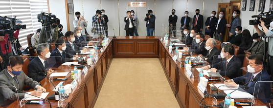 Participants including Rep. Yoo Dog-soo of the ruling Democratic Party (DP) and Sohn Kyung-shik, chairman of the Korea Enterprises Federation, gather to discuss a set of controversial proposals aimed at tightening scrutiny over conglomerates at the federation's office in Mapo District in western Seoul. [YONHAP]