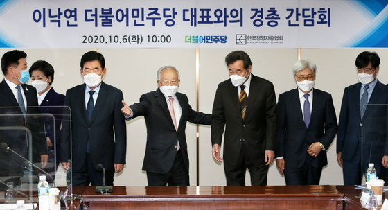 Ruling party leader Lee Nak-yon, third from right, poses with business leaders on Tuesday at the office of the Korea Employers Federation in Mapo District, western Seoul. [YONHAP]