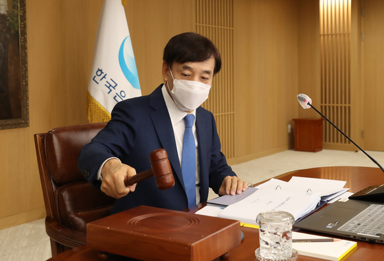 Bank of Korea Gov. Lee Ju-yeol hits the gavel during a monetary policy board meeting in central Seoul on Wednesday. [YONHAP]