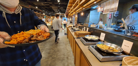 A buffet in downtown Seoul on Oct. 12. Buffet where lmany family events are held were opened after the government eased social distancing restrictions starting this week. [YONHAP]