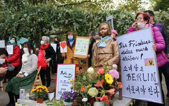 """Korean activists and expats on Tuesday protest near a """"comfort woman"""" statue in Berlin, demanding the Mitte District rescind its order to remove the installation from a public street. [YONHAP]"""