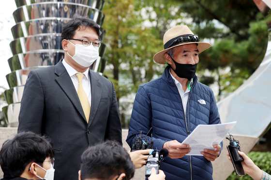 Lee Rae-jin, elder brother of a fisheries official shot and killed by North Korea last month, holds a press conference in front of the Korea Coast Guard office in Incheon on Wednesday. Lee said he requested the agency to release its investigation reports to him. [YONHAP]
