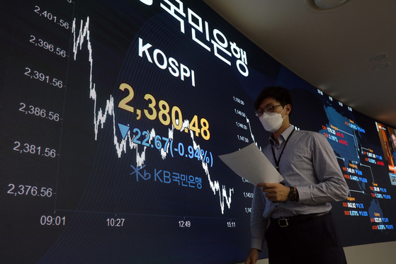 A screen shows the final figure for the Kospi in a dealing room at KB Kookmin Bank in the financial district of Yeouido, western Seoul, on Wednesday. [NEWS 1]