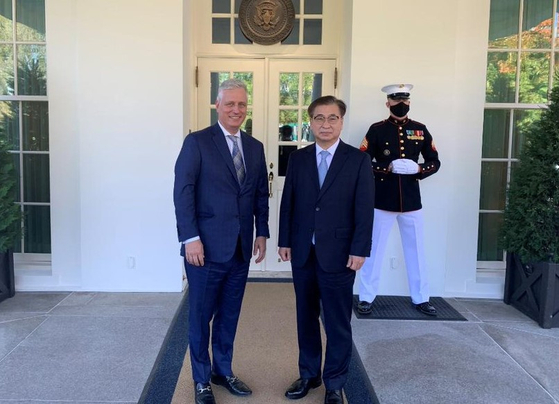 South Korean National Security Adviser Suh Hoon, center right, poses with his U.S. counterpart Robert O'Brien, left, at the White House on Wednesday. [WHITE HOUSE NSC TWITTER]