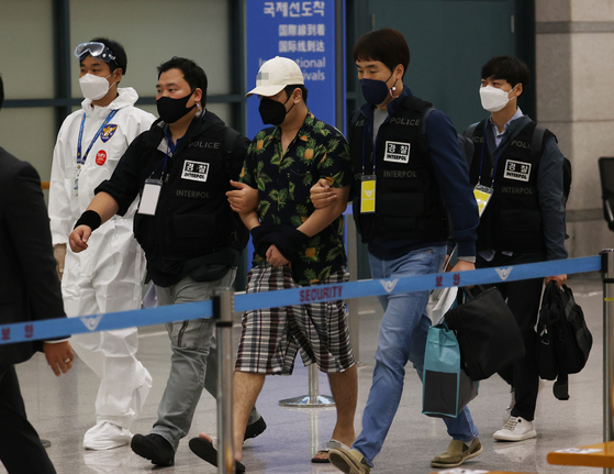 """A suspected operator of the """"Digital Prison,"""" center, a controversial website that disclosed the personal identities of sex offenders and suspects, arrives at Incheon International Airport Tuesday morning after being arrested by police in Vietnam. [NEWS1]"""