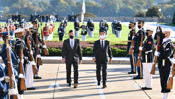 South Korean Minister of National Defense, Suh Wook, center right, and U.S. Secretary of Defense Mark Esper, center left, pay their respects at the 1950-53 Korean War memorial in Washington on Wednesday before beginning the allies' annual Security Consultative Meeting at the Pentagon. [MINISTRY OF NATIONAL DEFENSE]