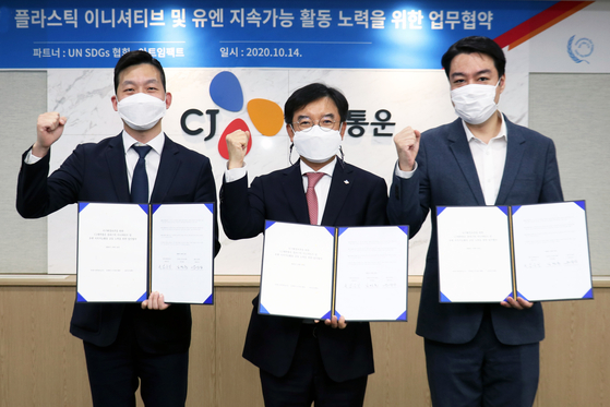 From left: Korea Association for Supporting the SDGs for the United Nations Representative Kim Jung-hoon, Kim Woo-jin, director at CJ Logistics and Song Yoon-il, CEO of Art Impact. [CJ LOGISTICS]