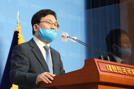 Rep. Lee Sang-jik, also the owner of the troubled Eastar Jet, holds a press conference on Sept. 24, 2020, and announces that he will leave the ruling Democratic Party. Lee said he decided to give up party membership as he faced snowballing criticisms about unethical management of the company.  [YONHAP]