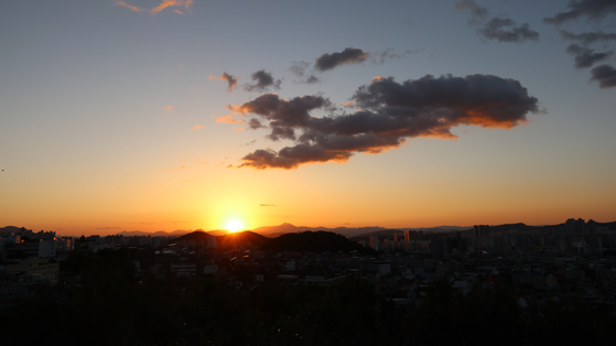 A view of the sunset from Apsan Sunset Observatory. [LEE SUN-MIN]