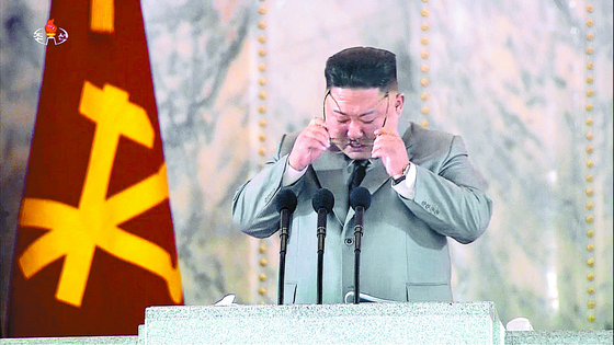 North Korean leader Kim Jong-un shed tears on the 75th anniversary of the founding of the Workers' Party on Oct. 10. [AP/YONHAP]