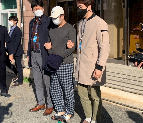 The operator of a now-defunct website that disclosed the identities and personal information of sex offenders and suspects, center, leaves the Daegu Metropolitan Police Agency Thursday morning to be referred to prosecutors. [KIM JUNG-SEOK]