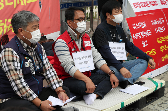 Park Yi-sam, head of Eastar Jet's pilots union, center, began a hunger strike on Wednesday to protest layoffs by Eastar Jet. [YONHAP]