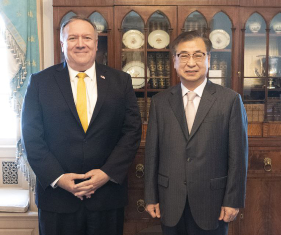 Suh Hoon, director of the National Security Office of the Blue House, right, meets with U.S. Secretary of State Mike Pompeo in Washington on Thursday.  [YONHAP]
